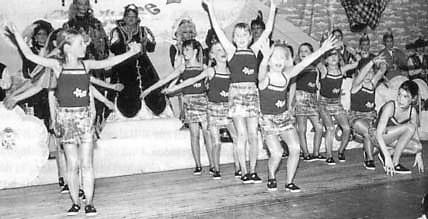 Die Flower-Power-Girls auf der Kinder-Karnevalsitzung der Ki + Ka 2002